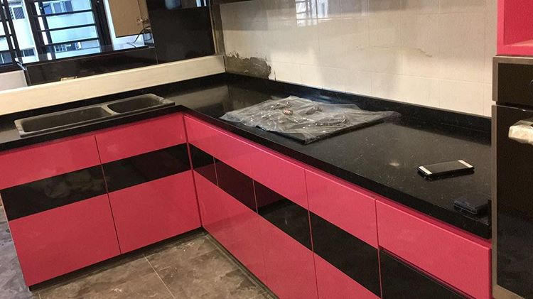 Table top dapur dari batu granit, sumber ig @quartznsolidsurface_sg